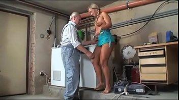 Секс со хрупкой матушкой через вагину в облегающих штанах
