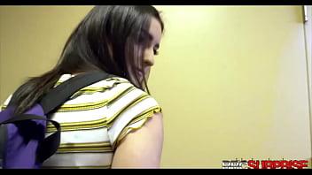 Кучерявая шалашовка во время групповух принимает фаллосы в рот и киску и делает куни