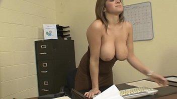 Невероятная молодая брюнетка ласкает на вебкамеру