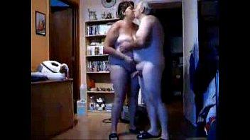 Старая женщина с настоящими большими буферами порется с мускулистым парнем