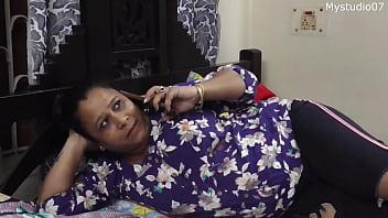 Азиатка показывает натуральные титьки и неистово лижет фаллос