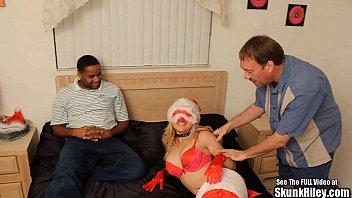 Мужик предложил одетой подружке организовать ему минет и потрахаться