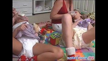 Девушка на камеру мастурбирует гладко выбритую волосатую шмоньку ладошкой и членозаменителем