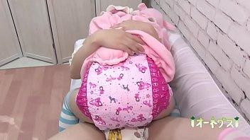 Девчонка в теле облизывает елдак и красуется большой буфером