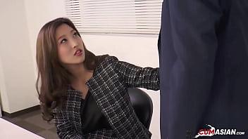 Юный массажист трахает тетку с большой сиськой в рабочее время